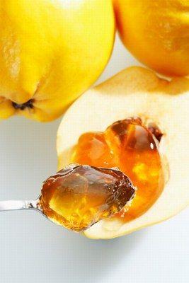 PRZECIER Z PIGWY -  Składniki:      1 kg pigwy     1 kg jabłek     0,5 kg cukier     woda   Sposób przygotowania:  Pigwę i jabłka obierz ze skóry, usuń gniazda nasienne. Owoce pokrój w średniej wielkości kawałki. Przełóż do garnka, zalej wodą (owoce powinny być całkowicie przykryte), gotuj do miękkości.  Miękkie owoce przetrzyj przez sito, dosłódź do smaku i rozlej do słoików. Zapasteryzuj.