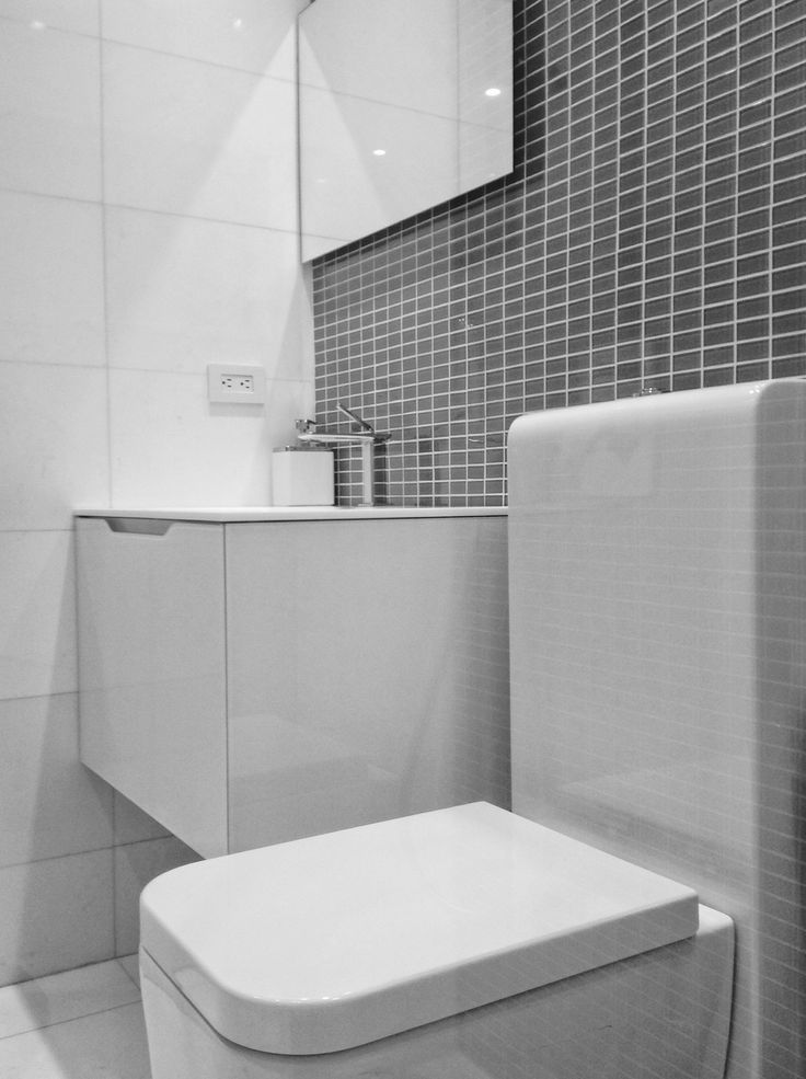 Bathroom |La Tahona Penthouse by @ebestudioarq  #architecture #architect #renovation #residencial #bathroom #interior #interiordesign  #design #home #detail #minimal #minimalist #minimalism #minimalissimo #minimalismo #bnw_mnml #minimalism_life #minimalista #minimalmood #minimalobsession #glass #marble #mindtheminimal #simple #simplicity #white #luxurylife #lifestyle #ccs