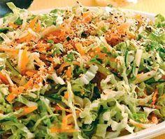 Receita de salada japonesa  5 xíc. de acelga  1 xíc. de pepino japonês  1 xíc. de cenoura ralada  1/2 xíc. de talos de agrião picados  2 col. de gengibre ralado  1 envelope de tempero Hondashi  3 col. (sopa) de óleo de soja  1/2 col. (sopa) de óleo de gergelim  2 col. (sopa) de gergelim torrado  Corte a acelga e o pepino em tiras finas.  Misture-os com a cenoura, os talos de agrião, o gengibre e o tempero Hondashi.  Aqueça os óleos e tempere a salada  Por último, coloque o gergelim torrado.