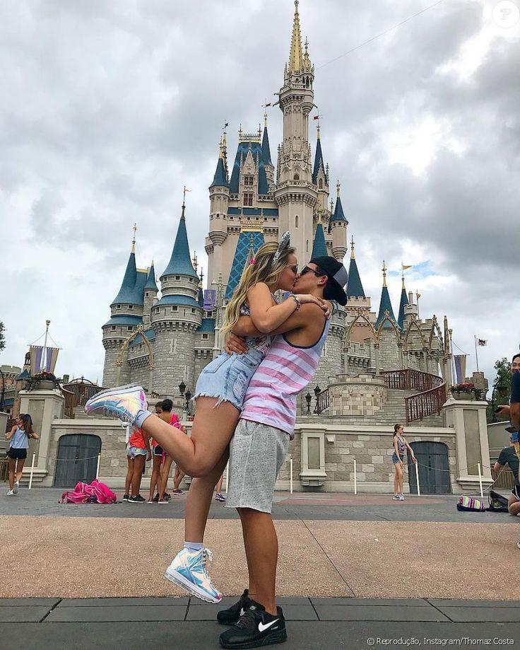 Larissa Manoela beija Thomaz Costa na Disney, em Orlando