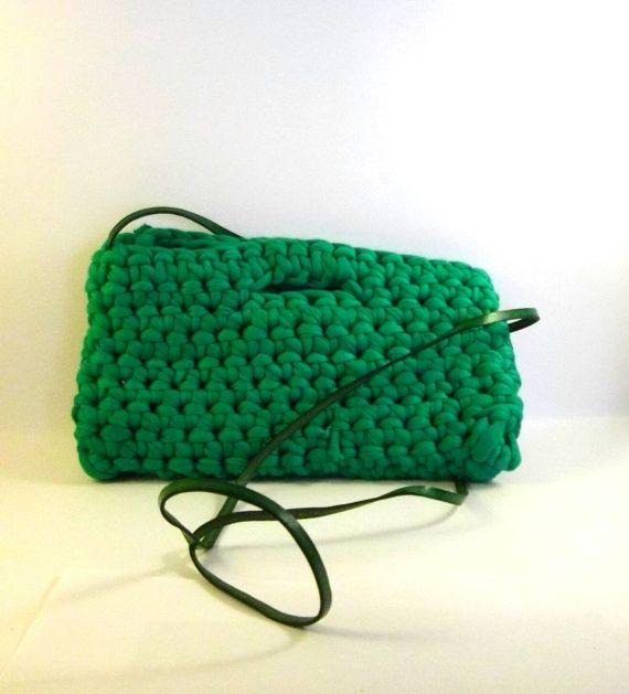 Ecco tante idee per  realizzare a mano le borse in fettuccia fai da te. Clutch, borsette, a tracolla, con manici in legno: insomma borse per tutti i gusti!