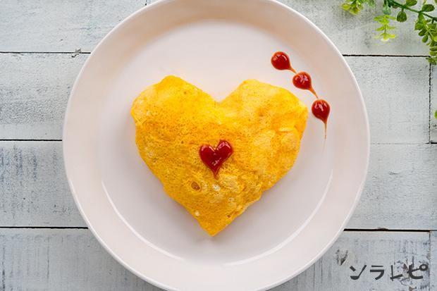 タマネギ・ニンジンがたっぷり入って、やさしい味のオムライス!うす焼き卵は電子レンジで作るため、フライパンを2回使用せずに作ることができます。片栗粉を加えることで、薄焼き卵が破れにくくなるので、成形にぴったりです。 - 77件のもぐもぐ - ハートオムライス by ソラレピ ~シダックスの管理栄養士監修!~
