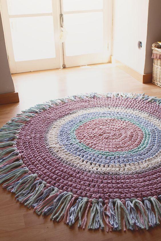 Tapete feito de tiras de retalhos mais linha de crochê