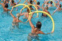 Аквааэробика для похудения. Совсем немного осталось ждать, когда придет долгожданное лето, и мы сможем насладиться пляжем, солнцем и, конечно, водными процедурами на свежем воздухе. А пока на улице не слишком тепло для купания, порадуемся занятиям аквааэробикой, тем более, что этот вид тренинга не только напомнит о лете, но и отлично поможет похудеть.
