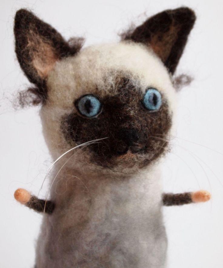 Kočinda na přání Podobnou kočičku, resp. kočindu přesně dle Vašich představ či fotografie ráda vyrobím pro Vás či Vaše blízké:o) Materiál: 100% ovčí rouno, zpracované technikou tzv. suchého plstění (plstění jehlou)