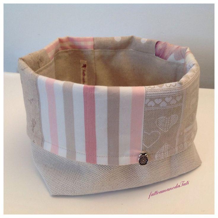 Cestino portapane patchwork in cotone sui toni rosa ed ecrú, by fattoamanodaTati, 23,00 € su misshobby.com