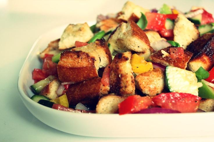 #Panzanella - toskańska, pyszna sałatka z chlebem, warzywami i kurczakiem :)  #SlightlyDelicious