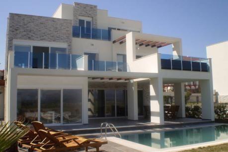 Spring Villa  Deze moderne vrijstaande villa met privézwembad staat in Side aan de levendige Turkse Rivièra. De luxueus afgewerkte en eigentijdse woning is van alle gemakken voorzien en stijlvol ingericht. De hedendaagse meubels en het rustige kleurpalet zorgen voor een ontspannen sfeer. Vanuit de strakke woonkamer loop je zo het terras op en het zwembad in. Naast het zwembad kun je ook heerlijk ontspannen in je eigen bubbelbad in de masterbedroom terwijl je uitkijkt over het Turkse…