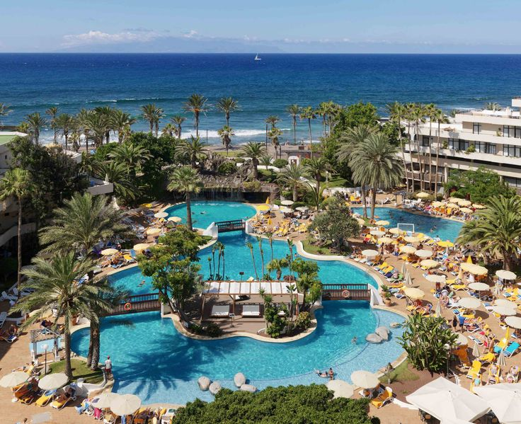 Vista general del hotel y de la piscina  #h10conquistador #conquistador #h10hotels #h10