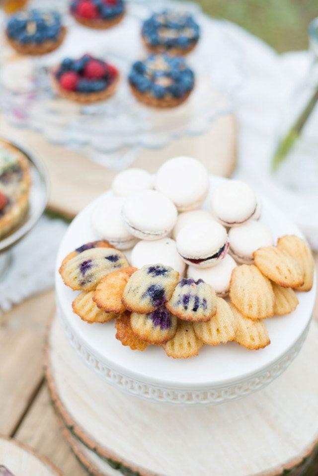 Serveer macarons tussendoor #koekjes #hapjes #eten #catering #inspiratie #trouwen #bruiloft Heerlijk ideetje: bruiloft koekjes | ThePerfectWedding.nl | Fotocredit: Blik & Bloos Fotografie