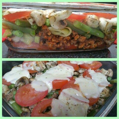 Heerlijke schotel met veel groenten & gehakt (Koolhydraatarm)  Maak het uit diverse lagen: 1. Schijfjes tomaat 2. Gehakt, gebakken met tomatenpuree en een theelepel boursin light. 3. Diverse lagen gebakken/gekookte groenten.  (Op de foto: prei, sperziebonen en champignons) . Alles licht gekruid.  4. Tomatenschijfjes. 5. Mozarella.  Eventjes 10 minuutjes in de oven.. en smullen maar!