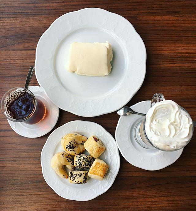 """Время лёгкого перекуса, чай, кофе☕️, несладкое печенье с сыром, оливками и колбаской🍪 и десерт под названием """"куриная грудка"""", в оригинальный рецепт она действительно входит, но обычно все же делают без неё, по сути - это молочный пудинг. Biraz molada yemek😋 #tea #coffee #food #yumm #foodporn #turkishfollowers #turkishfood #turkey #izmit #walking #tasty #goodday #vacation #хорошийдень #гуляем #турция #перекус #чай #кофе #печеньки #турецкаякухня #турецкаяеда  Yummery - best recipes. Follow…"""