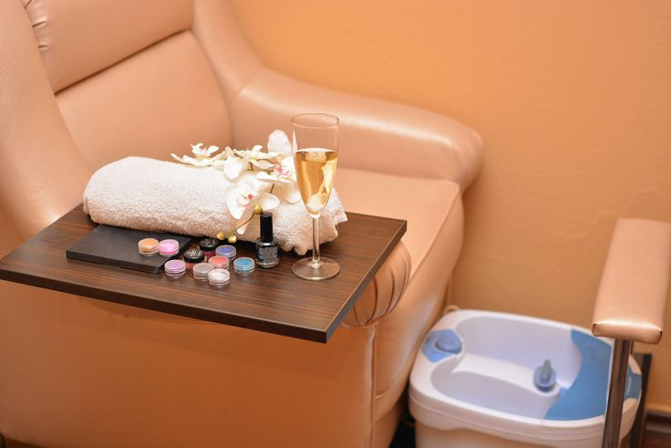 BLISS GlamSpa, a luxurious beauty salon in the heart of Budapest. Come visit us at our exclusive location for a pampering facial, a relaxing massage, a quick waxing treatment, beautiful lash extensions, unique mani-pedi treatment or professional teeth whitening.