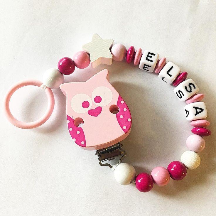 #beställning #napphållare #napphållaremednamn #träpärlor #woodbeads #woodenbeads #salivbeständigt #giftfritt #säkerhetspärlor #namn #elsa #bokstavspärlor #rosa #pink #uggla #owl #stjärna #star #handmade #handgjort #handcrafted #handmadejewelry #accessories #barnaccessoarer #barnleksaker #brochsdesign http://misstagram.com/ipost/1566535495318992119/?code=BW9c7uuh3T3