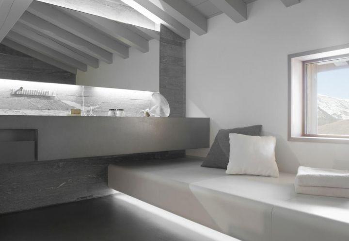 Una mini spa domestica nel secondo bagno dello chalet progettato in un villaggio delle Alpi francesi dall'architetto e designer Noé Duchaufour-Lawrance. La struttura in corian riscaldata è un invito al relax