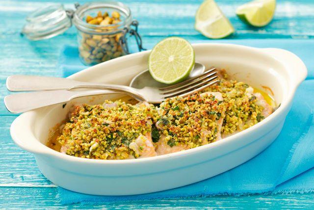 Vous cherchez une recette de poisson simple et élégante qui se prépare en quelques minutes? Ces filets de saumon grillés sur planche de cèdre sont aussi délicieux que juteux. De plus, ils sont garnis de pistaches grillées et accompagnés d'une sauce crémeuse.