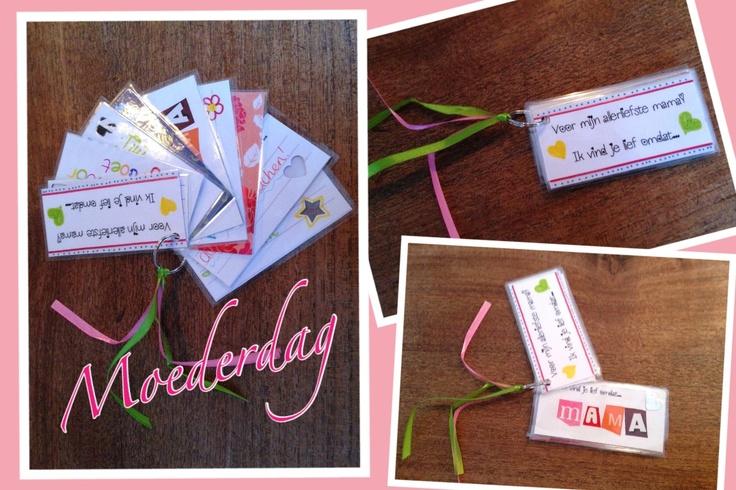 Moederdag. Op elk kaartje kan je kwijt waarom je moeder zo lief is. Op de achterkant mooie papiertjes / plaatjes. Lamineren, ringetje, lintje en klaar!