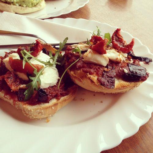 Bagel Aubergine, tomaat, geitenkaas