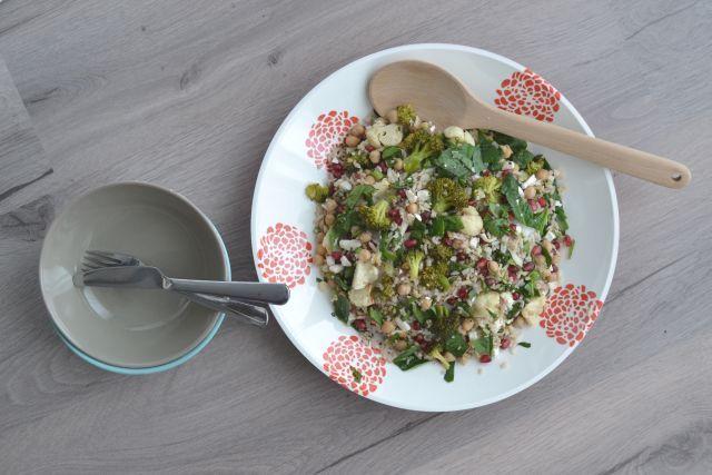 Dé ideale gezonde salade voor tijdens de winter. Heb jij hem al ontdekt? Ik vind dit recept van de winterse rijst salade toch wel dé aanrader.