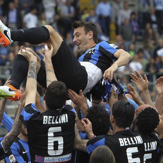 L'ex capitano dell'Atalanta Gianpaolo #Bellini sollevato dai suoi compagni durante i festeggiamenti per la sua ultima partita