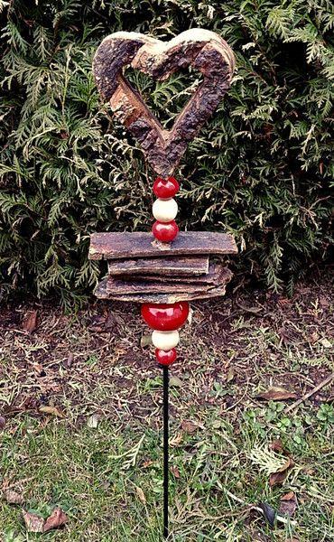 Stele+Gartenstecker+Herz+Holz/Rinde+Frostfest+von+Kleine+Töpferei+auf+DaWanda.com