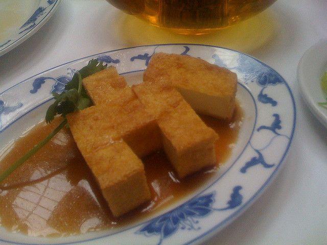Andiamo alla scoperta del tofu, il formaggio di soia: oltre a scoprire questo sano alimento, vogliamo proporvi una delle migliori ricette vegan veloci. E' il tofu fatto a cotoletta, una ricetta classica dove però la classica tempura è sostituta da una marinatura di salsa di soia, acqua, aglio e rosmarino. Da provare!