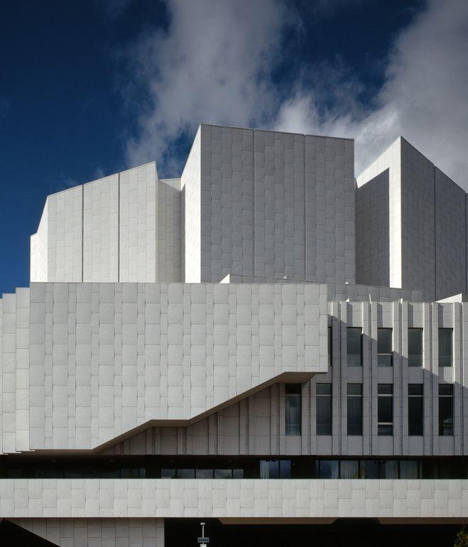 Alvar Aalto, Finlandia Hall, Helsinki, Finland, 1971, hala kongresowo-kocertowa, fasady kryte kararyjskim marmurem, pomnik architektury funkcjonalistycznej, ilustruje pojęcie ludzkiego wymiaru w przeciwstawieniu do czysto technicznej zasady projektowania