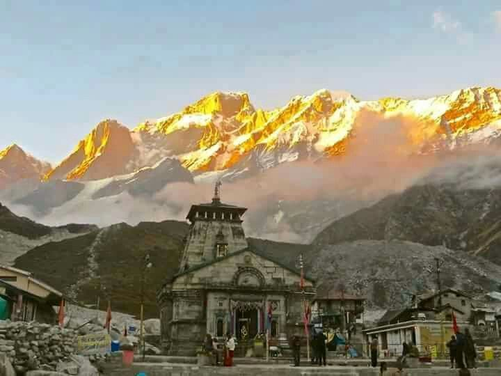 Inde : The Golden Himalayan Peacock. Happens only for 10 mins every morning. Kedarnath Temple.