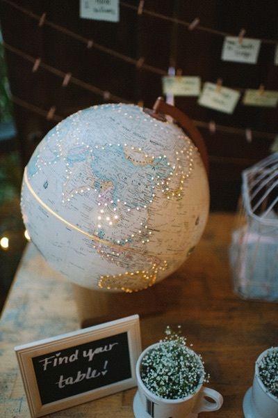 globo Parte un globo terráqueo con mucho cuidado, haz pequeños hoyos al rededor de los continentes y coloca una luz dentro de él. Verás que en la noche se ve bellísimo