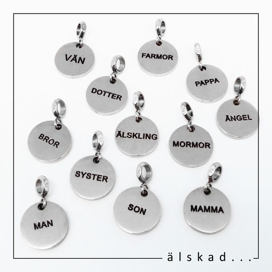 Små fina runda berlocker i stål med olika texter, tex mamma, älskling, dotter, farmor osv, kan hängas i båder halsband och armband. Berlockerna passar fint både till kvinnor och män.