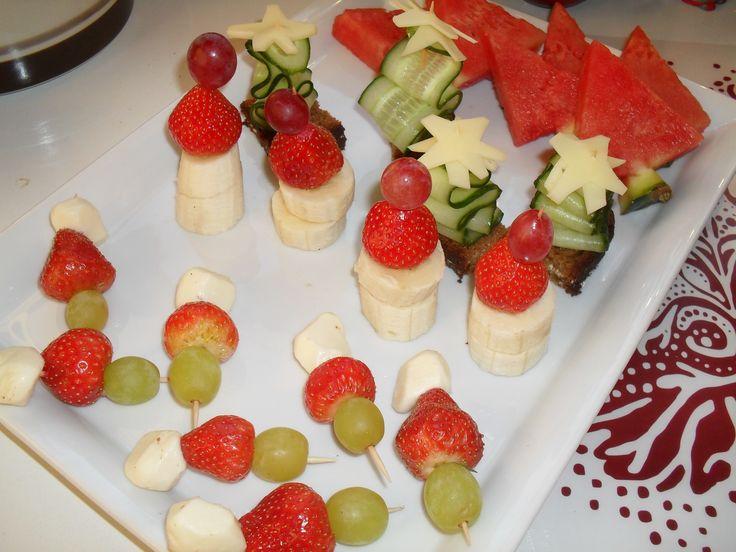 Vesimelonikuuset, leipää + kurkkusiivu + juustotähti, tonttuja : mansikoista, viinirypäleistä +banaanisiivut+ mozzarellajuustoa + mansikoita