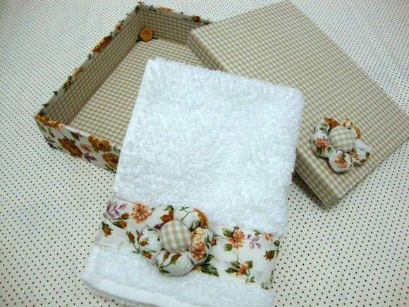 Caixa em MDF, revestida com tecido 100% algodão, decorada internamente com rococó e sutacho e por fora com flor de fuxico. Acompanha toalha de mão decorada com flor de fuxico. R$ 50,40