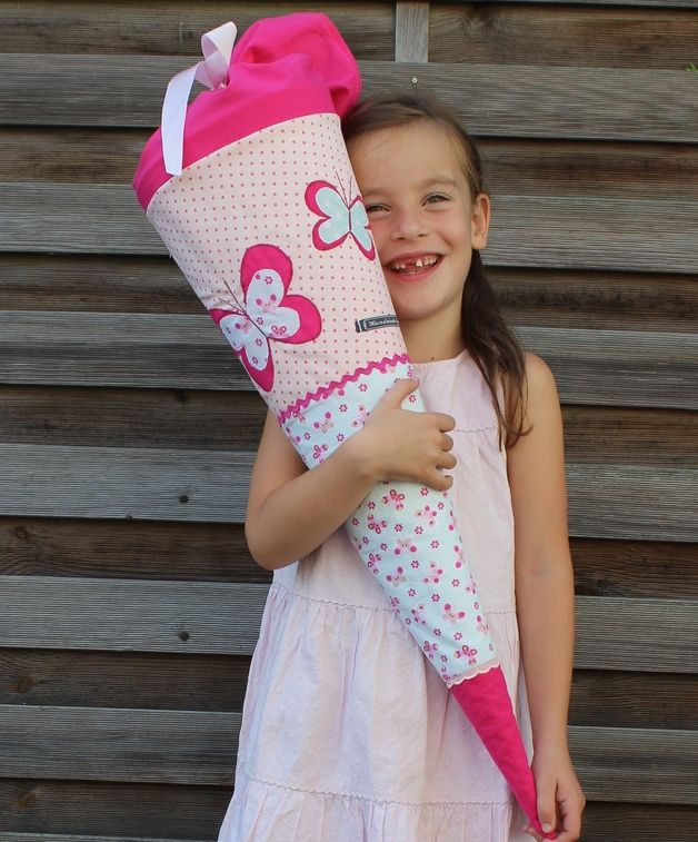 Eine besondere Schultüte für einen unvergesslichen Tag!  Sie wurde aus verschiedenen Baumwollstoffen genäht und mit Bändern verziert. Zwei zarte Schmetterlinge machen ihn zum echten...