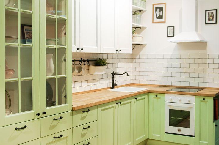 Зеленая кухня в стиле кантри из массива ясеня. Красится в любые цвета по раскладке RAL и Wood Color, может быть любого размера.
