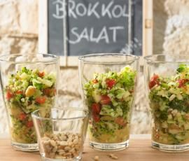 Brokkolisalat mit Pinienkernen: 250 g Brokkoli in Röschen, 1 rote Paprika in Stücken, 1 großer geviertelter Apfel, 30 g Pinienkerne, 25 g Olivenöl, 15 g weißer Balsamico, 1 TL Honig, 1½ TL Senf, 1 TL Kräutersalz, ½ TL Pfeffer => Alles 5 Sek. Stufe 4 im Thermomix