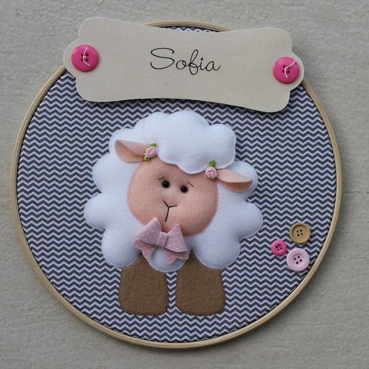 Quadro de bastidor para decoração infantil. Tema: ovelhinha, para meninas