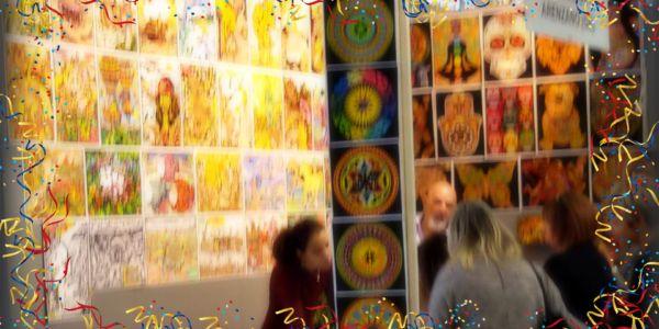 """""""Il mondo creativo"""", una manifestazione ricca di espositori e di eventi in differenti ambiti di lavorazioni manuali e artigianali, dalle decorazioni di ambienti all'editoria, dall'arte del cucito al trucco, dal bricolage alla preparazione del matrimonio, dal disegno su tessuti alla cucina creativa per le Feste Natalizie, con un programma fitto di corsi, laboratori e dimostrazioni."""
