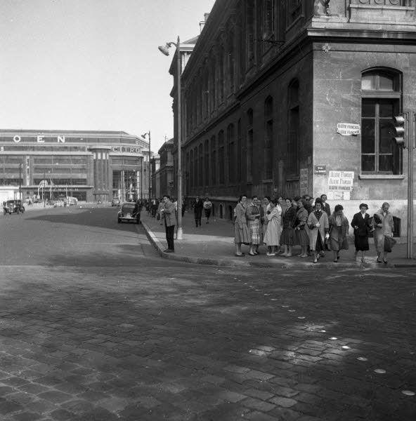 rue de l'Université / 21 Juin 1956 - Archives Le Progrès il était magnifique ce garage Citroën ! qu'en on voit ce qu'il est devenu...
