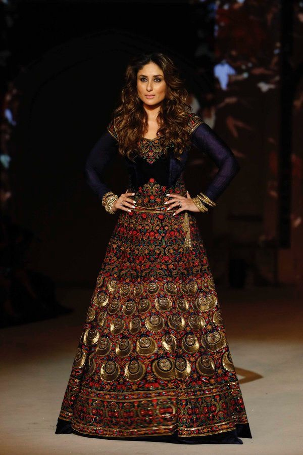 Kareena channeled her inner goddess for #LFW2016 finale show by Rohit Bal