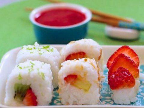 Preparación1. Agrega en una cacerola el arroz, el agua, el azúcar y la sal. Deja cocinar por 20 minutos.2. Agrega la leche de coco y la vainilla, cuando el arroz esté cocido. Revuelve.3. Agrega un poco de arroz en la esterilla para hacer el sushi y expande. Rellena con las frutas que más se te antojen y enrolla.3. Espolvorea con coco tostado o coloca encima un poco de fruta.
