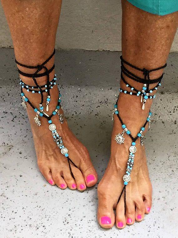 Einzigartige Barfuß-Sandalen, die nicht nur am Strand gut aussehen. Tragen Sie sie auch mit Schuhen, um Ihren Sommerlook zu vervollständigen. Die Barfuß-Sandalen sind handgefertigte Unikate. Verwendete Materialien: Gewachste Baumwollschnur, tschechische Glasperlen, tibetanisches Silber, Ponyperlen. ANMERKUNG: Die Schuhe auf Bild 5 sind im Kauf nicht enthalten.