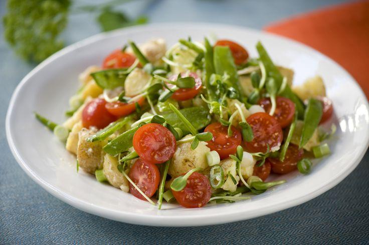 Till grillmiddagen är det nästan ett måste med en färskpotatissallad. Du kan enkelt göra den på gårdagens potatis, här är vårt recept!