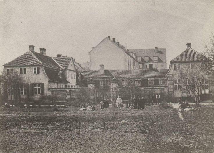 Vesterbrogade 108, gæstgiveriet Håbet (i det 18. århundrede Den gule Hest), set fra haven. Tv. østre gavlfacade og gårdfacaden på forhuset. Th. havehuset. I baggrunden bagfacaderne på Vesterbrogade 110-114. Håbet blev nedrevet ca. 1883 og Kingosgade anlagt på grunden.