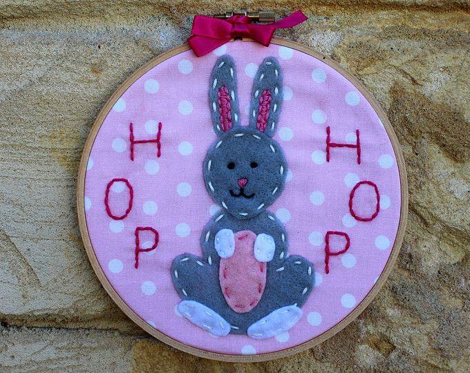 Bordados arte de aro de conejo: conejo de conejito de fieltro, mano cosida en la tela de lunares