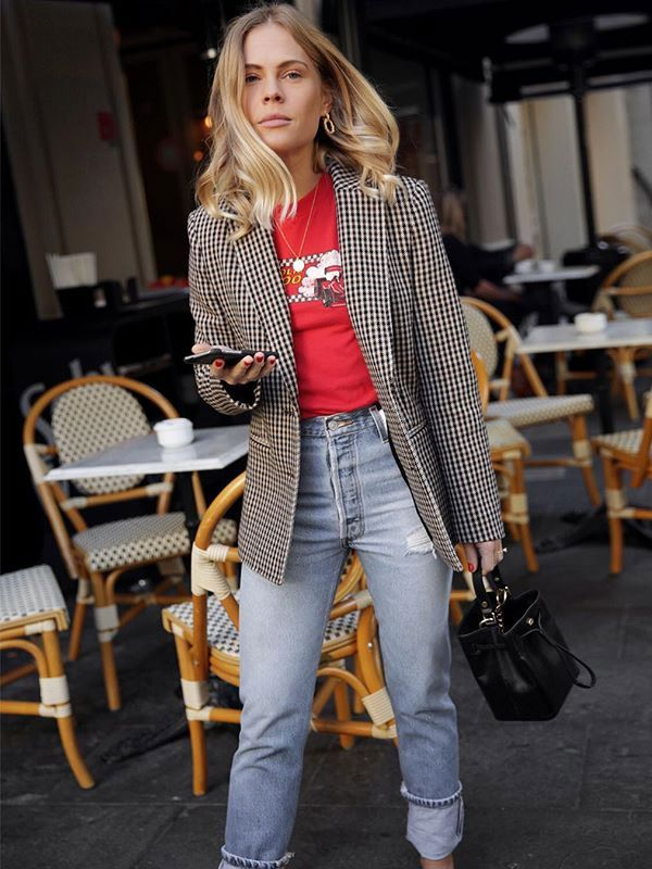 Jessie Bush é fã declarada do mom jeans! O modelo de cintura alta chega ainda mais forte para a meia estação. Combine com blazers, tricots e peças quentinhas.
