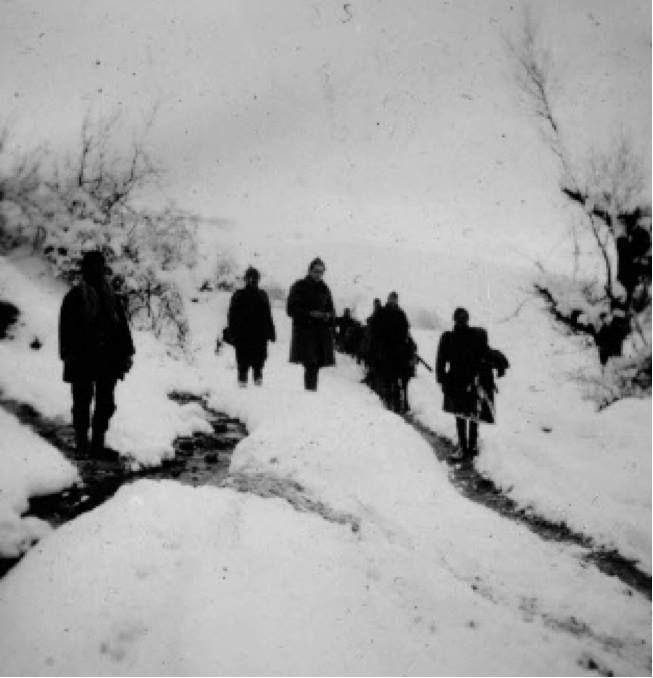 ΠΙΝΔΟΣ - 1940 - ΕΛΛΗΝΕΣ ΣΤΡΑΤΙΩΤΕΣ ΣΕ ΧΙΟΝΙΣΜΕΝΟ ΤΟΠΙΟ - ΦΩΤΟΓΡΑΦΙΑ ΔΗΜΗΤΡΗΣ ΧΑΡΙΣΙΑΔΗΣ