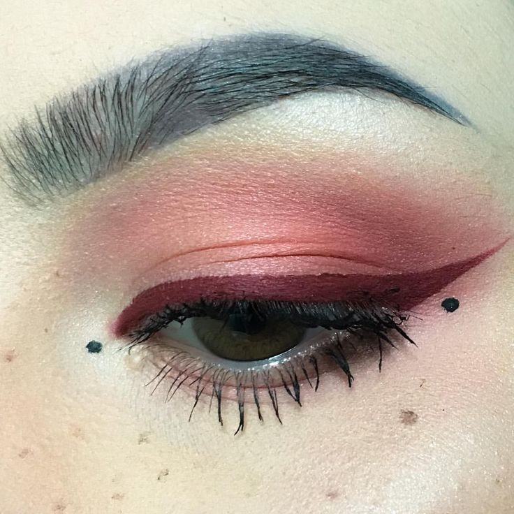 shadow is the Venus palette from #limecrime and liner is #jeffreestarcosmetics liquid lip in #unicornblood