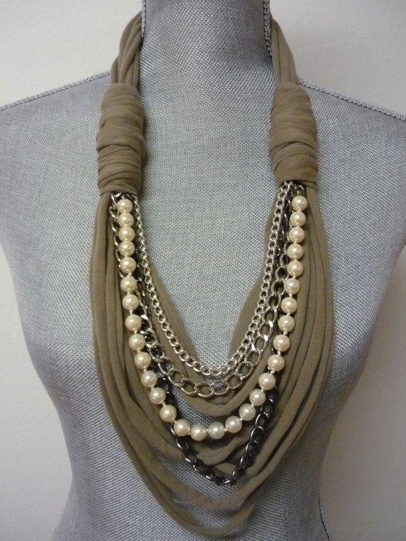 Klobige Schal Halskette w/Ketten und Perlen Taupe von MarieLaMode