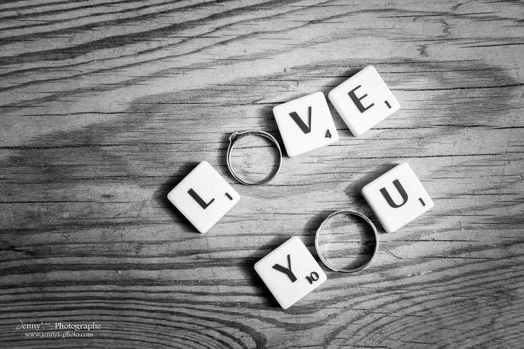 alliances or blanc posées sur bois - photo originale - wedding ring - mariage original - bois - wood - scrabble - jeux - noir et blanc -love you - Jenny's photographe spécialisée dans le mariage sur toulouse et dans le tarn www.jennys-photo.com