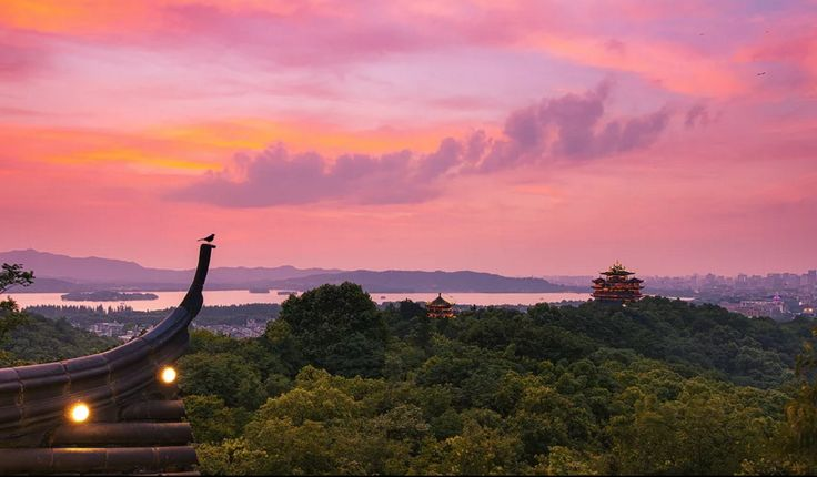 View from the eave. The beautiful and majestic stunning sunset awaits you at Wuhan(吴山). #sky #sunset #travelogue #travel #Hangzhou #beautiful #scenary #photography  #gorgeous #romantic #urbanlife #urbanite #city #citylife #nature